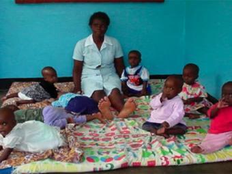 Сиделка с детьми в зимбабвийском приюте Храма Аллена. Фото с сайта allentempleaidsministry.org